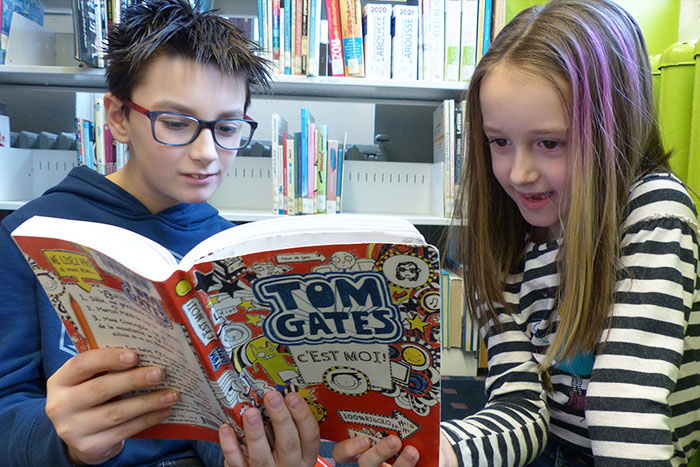 image-jeunes-enfants-lisant-ensemble